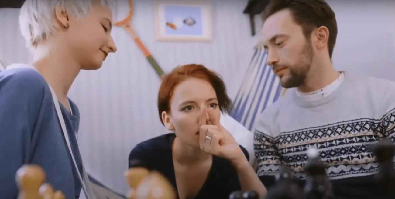 Tres personas en relación de poliamor