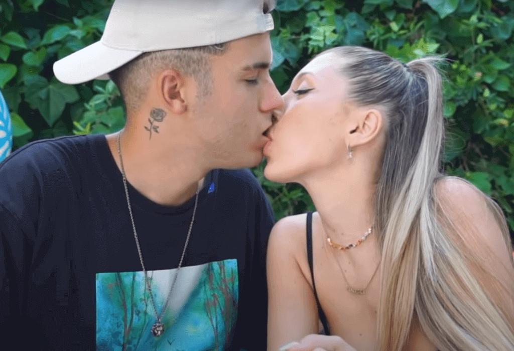 Un beso entre una pareja
